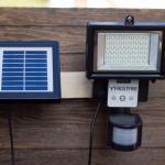 Bewegungsmelder mit Baustrahler-Charme – zweite Solarleuchte im Test: Frostfire Digitale 56 LED