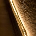 Der LED-Streifen leuchtet indirekt die Wand an, dabei wird die Struktur der Raufasertapete sichtbar.
