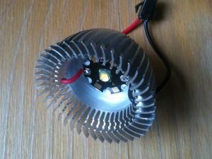LED wird mit Wärmeleitkleber auf den Kühlkörper geklebt